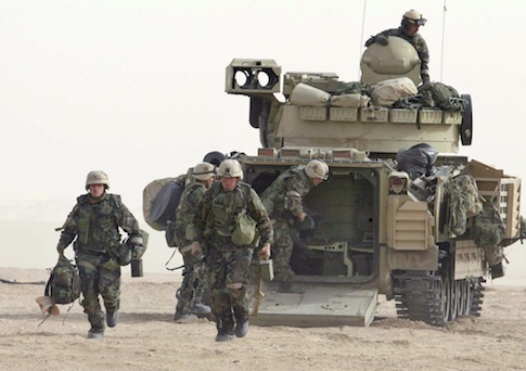 U.S. soldiers in the Kuwaiti desert south of the Iraqi border Saturday, Dec. 21, 2002 / AP