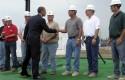 Obama greets LG Chem workers / AP