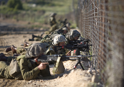 Israeli troops along the border fence between Israel and Syria / AP