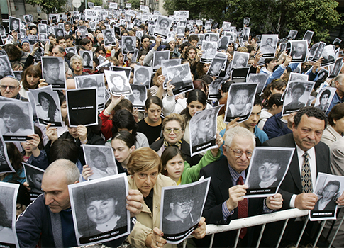 Friends and relatives of the victims of the 1994 AMIA bombing gather on the 12th anniversary / AP