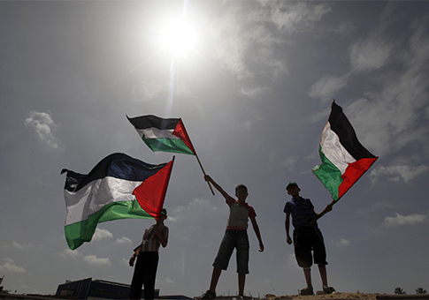 Palestinian boys wave national flags / AP