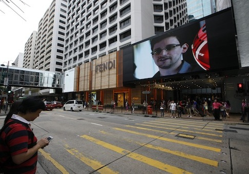 TV screen in Hong Kong shows the news of Edward Snowden / AP