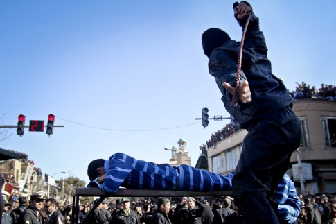 Iranian officer lashes convict / AP