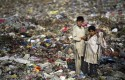 Pakistan scavenger boys collect recyclable items from garbage to a earn living for their families in Islamabad, Pakistan / AP