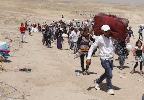 Syrian refugees cross the Iraqi border / AP