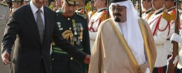Syrian President Bashar al-Assad walks with Saudi Arabia's King. / AP