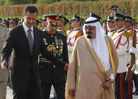 Syrian President Bashar al-Assad walks with Saudi Arabia's King. / AP