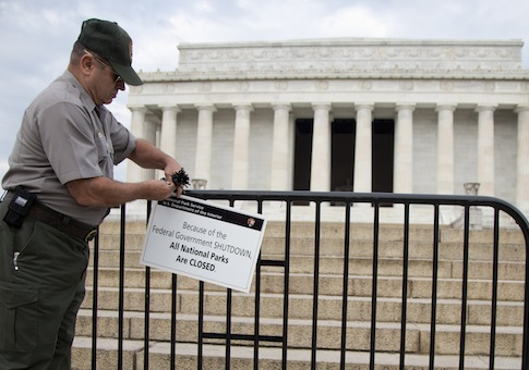 Federal employee posts a sign on a barricade to close access to the Lincoln Memorial during a federal shutdown / AP