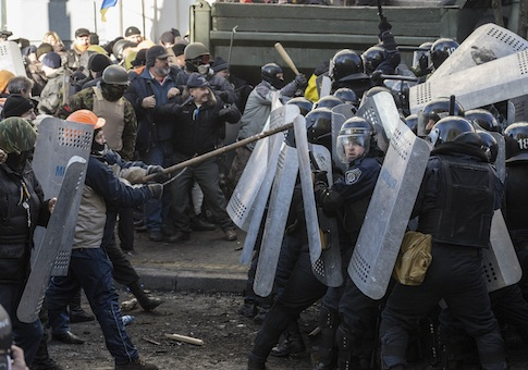 Anti-government protesters clash with Interior Ministry members in Kiev