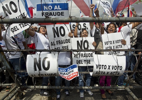Norman Quijano supporters hold 'no to electoral fraud' signs / AP