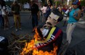 Opposition members burn Nicolas Maduro effigies in Caracas / AP