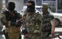 Pro-Russian masked gunmen patrols a street  in the center of Slovyansk, eastern Ukraine / AP