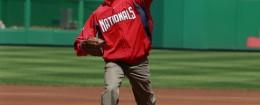 Obama struggles to throw a baseball / AP
