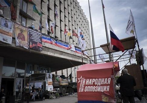 Pro-Russian barricade outside the regional state building in Ukrainian city of Donetsk / AP