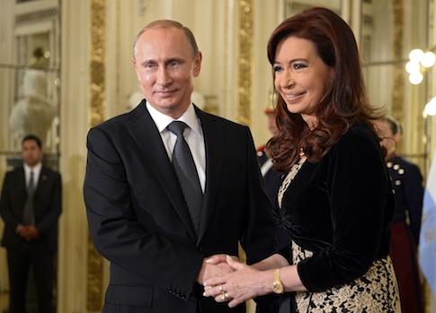 Russian President Vladimir Putin shakes hands with Argentina's President Cristina Fernandez de Kirchner / AP