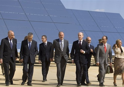 Abengoa Chairman Felipe Benjumea walks with Spain's King Juan Carlos / AP