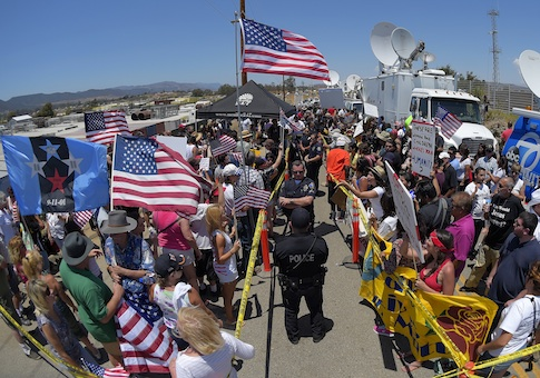 Demonstrators being separated by Murrieta police officers / AP