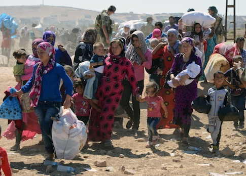 Syrian refugees cross into Turkey / AP