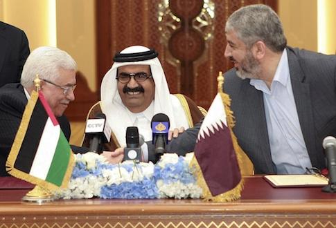Palestinian President Mahmoud Abbas, Hamas leader Khaled Mashaal, and Emir of Qatar Sheikh Hamad bin Khalifa Al Thani in Doha, Qatar / AP