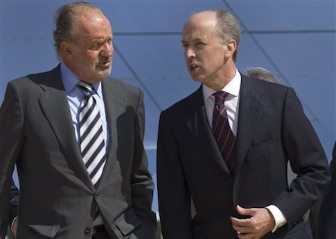 Spain's King Juan Carlos talks to Abengoa Chairman Felipe Benjumea / AP