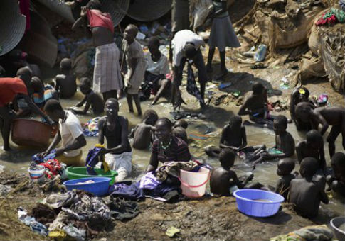 Families displaced by fighting in South Sudan / AP