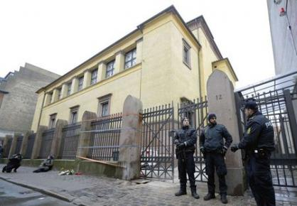Police stand guard outside a synagogue in Krystalgade in Copenhagen, February 15, 2015. REUTERS/Fabian Bimmer