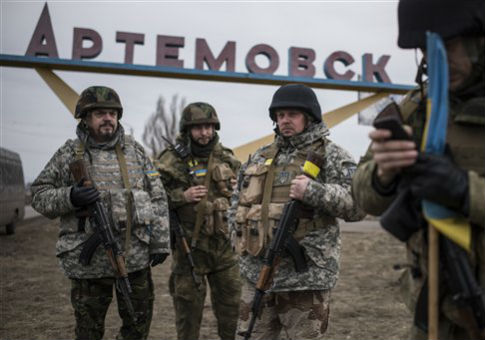 Ukrainian servicemen in eastern Ukraine / AP