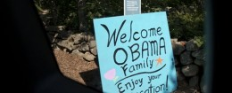 Sign greeting the Obama family in 2014 / AP