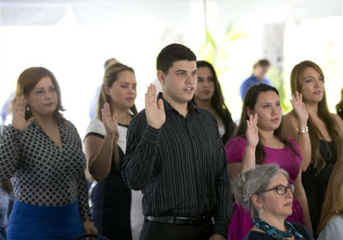 Immigrants taking the Oath of Allegiance in Miami, Fl. / AP