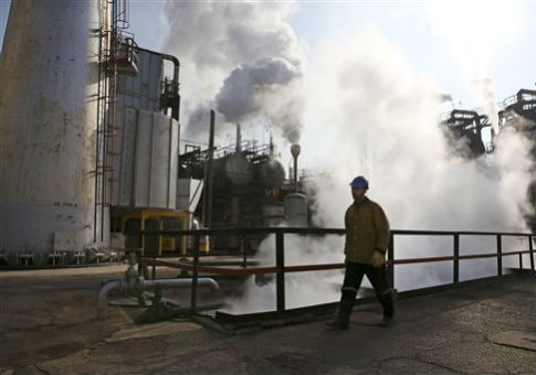 Oil refinery south of Tehran / AP