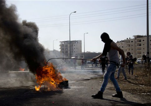 Palestinians clash with Israeli troops near Ramallah / AP