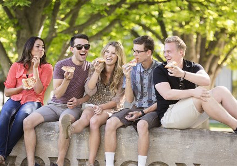 Students eating pizza on college campus