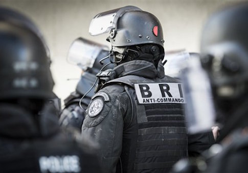 This handout picture dated 18 Nov. shows the French police special forces RAID (Research, Assistance, Intervention, Deterrence) and BRI (Research and Intervention Brigades) during a raid in an apartment in Saint Denis / AP