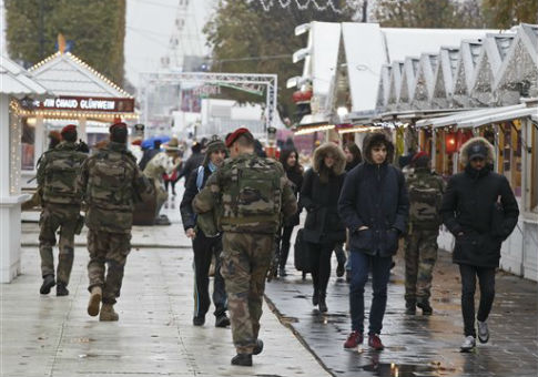 Soldiers patrol the Champs-Élysées after the Paris attacks / AP