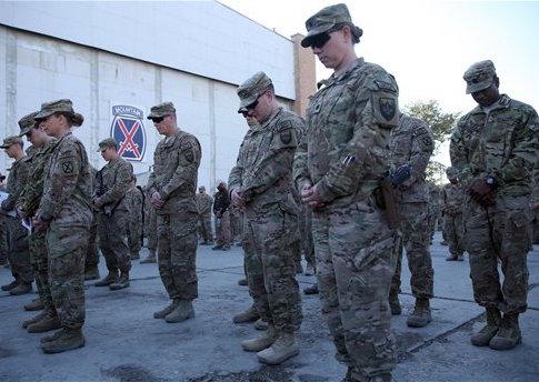 U.S. service members at Bagram Airfield in 2014 / AP