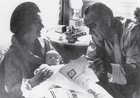 President Lyndon Johnson and Lady Bird Johnson pose with grandchild and the President's Daily Briefing / Cia.gov