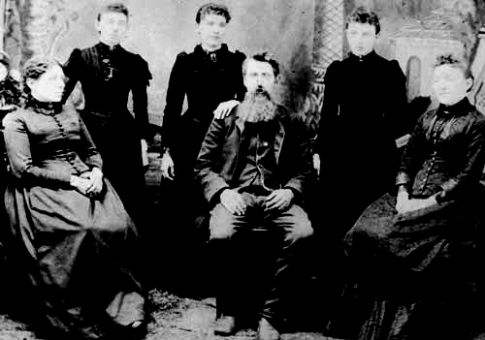 The Ingalls family (Laura Ingalls third from left) / Wikimedia Commons