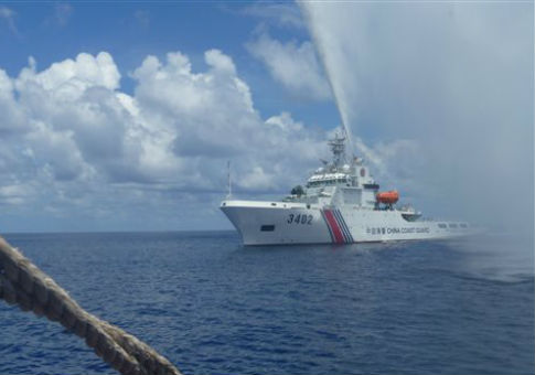 A Chinese coast guard vessel approaches a Filipino fishing boat off Scarborough Shoal / AP