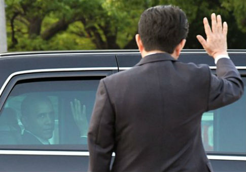 U.S. President Barack Obama and Japanese Prime Minister Shinzo Abe wave to each other in Hiroshima, Japan / AP