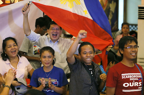 Filipinos celebrate a UN tribunal ruling in favor of the Philippines against China / AP