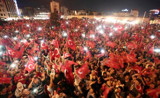 Turks gather on Taksim Square in Istanbul, Turkey, Juky 16, 2016. REUTERS / Huseyin Aldemir
