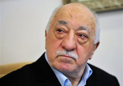 Islamic cleric Fethullah Gulen speaks to members of the media at his compound, Sunday, July 17, 2016, in Saylorsburg, Pa. / AP