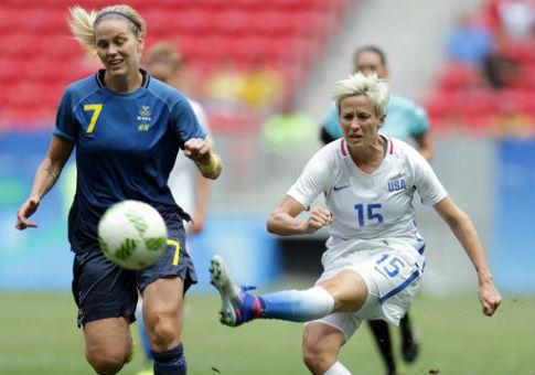 United States' Megan Rapinoe kicks ball past Sweden's Lisa Dahlkvist on Aug. 12, 2016 / AP
