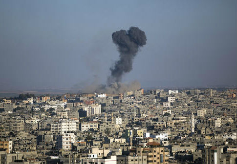 Tall plumes of smoke rise from an Israeli missile strike in Gaza City, Oct. 5, 2016 / AP