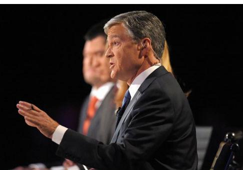 Moderator John Harwood speaks during the CNBC Republican presidential debate, Oct. 28, 2015 / AP