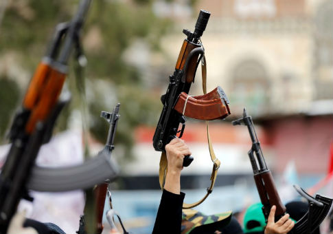 Women loyal to the Houthi movement hold up rifles as they take part in a parade, Sept. 6, 2016 / REUTERS