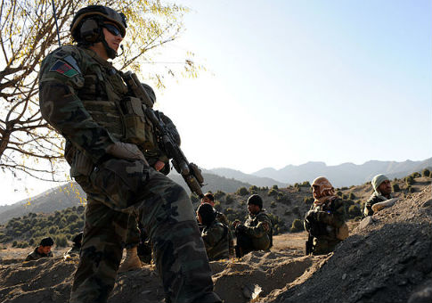 A U.S. Army Special Forces soldier watches Afghan Commandos / Wikimedia Commons