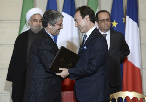 Airbus chief executive Fabrice Bregier (R), Iran Air chief Executive Farhad Parvaresh (L), Iranian President Hassan Rouhani (L Rear), and French President Francois Hollande / REUTERS