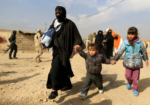A woman fleeing fighting between ISIS and Iraqi army in Intisar disrict of eastern Mosul, Nov. 8, 2016 / REUTERS