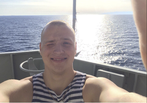 Russian sailor takes selfie / Twitter of Peter W. Singer
